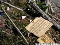 「告 この海岸で漁業権種目のイセエビ及びアワビ・トコブシ シッタカ等の貝類を採取すると法律により罰せられます 絶対に取らないで下さい! 静岡県 下田海上保安部 下田市漁業協同組合」の木看板